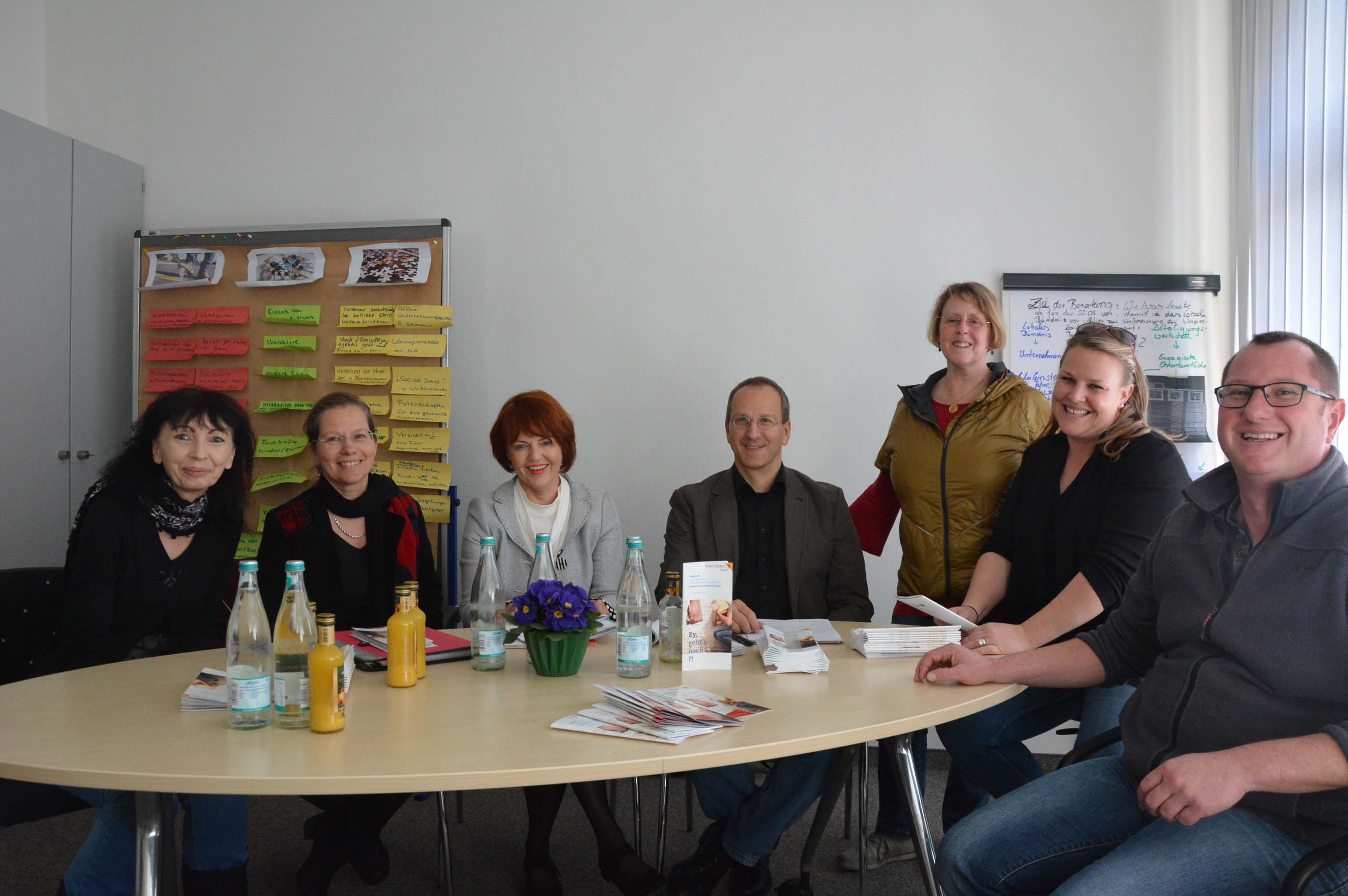 Doris Welzel, Bürgermeisterin Stöcker, Cornelia Rösner, Andreas Kramer, Mechthild Käuflin-Lamott, Anna Hinna und Markus Schwarz freuen sich auf die 3. Präventionsdekade.