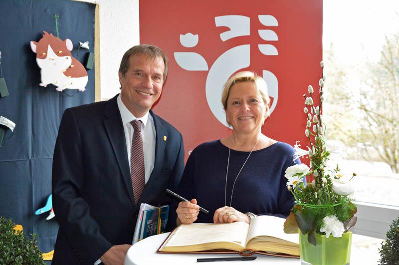 Anlässlich ihres Besuchs an der Goetheschule in Rheinfelden trug sich Baden-Württembergs Kultusministerin Susanne Eisenmann (l.) auch im Beisein von Oberbürgermeister Klaus Eberhard ins Goldene Buch der Stadt ein.