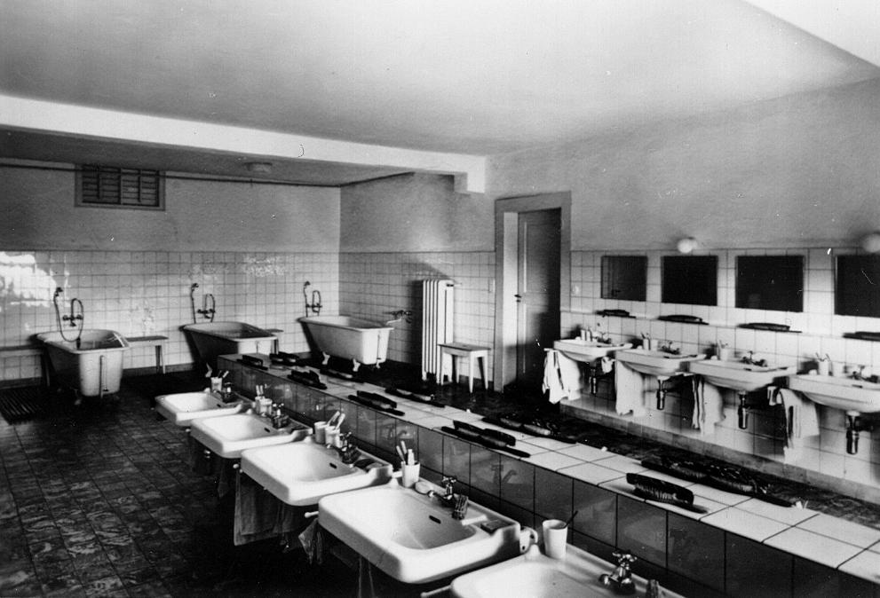 Knabenwaschraum in Schloss Beuggen in den 1950er Jahren.