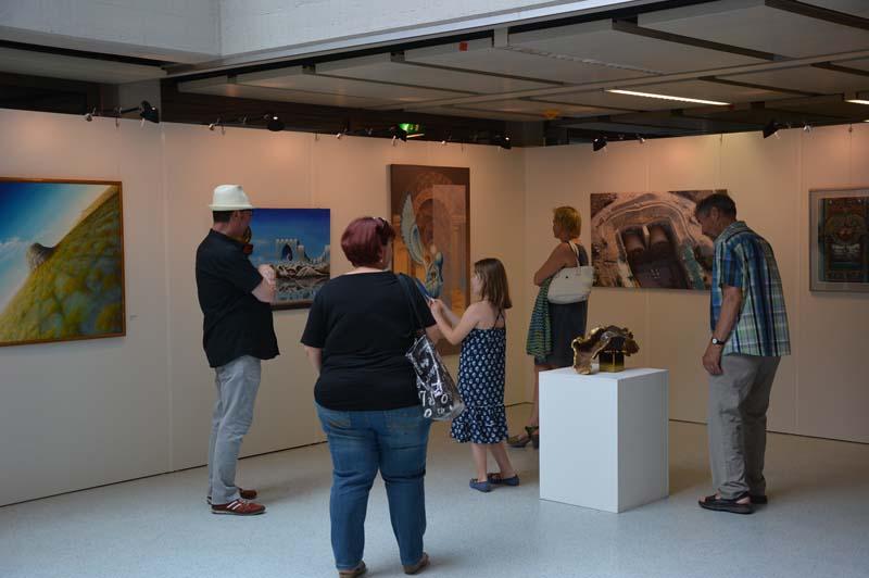 Noch bis 4. August ist die Ausstellung zum Thema Surrealismus im Rathaus zu sehen.