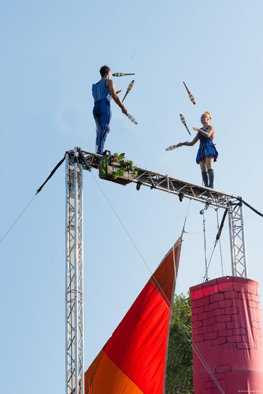 """In luftiger Höhe zeigt der Circus """"unARTiq"""" Märchen."""