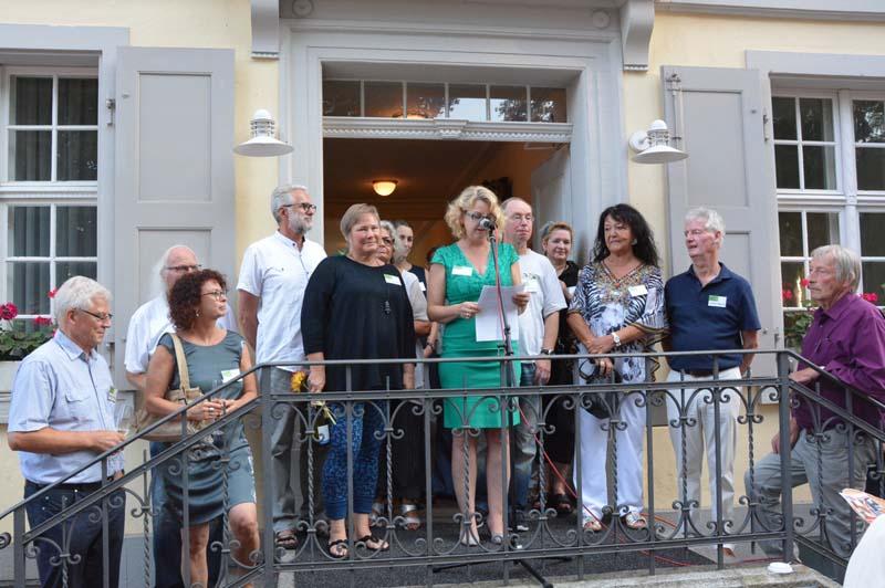 """17 Rheinfelder Künstlerinnen und Künstler beteiligen sich mit jeweils vier bis fünf Werken an der Sommerausstellung """"Rheinfelder Künstler"""" im Haus Salmegg. Eine Herausforderung für das Kuratorenteam Petra Heck (Bildmitte) und Elisabeth Veith (dritte von l"""
