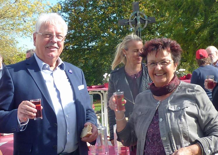 Ortsvorsteherin Rita Rübsam (r.) mit Glaskünstler Wilfried Markus.