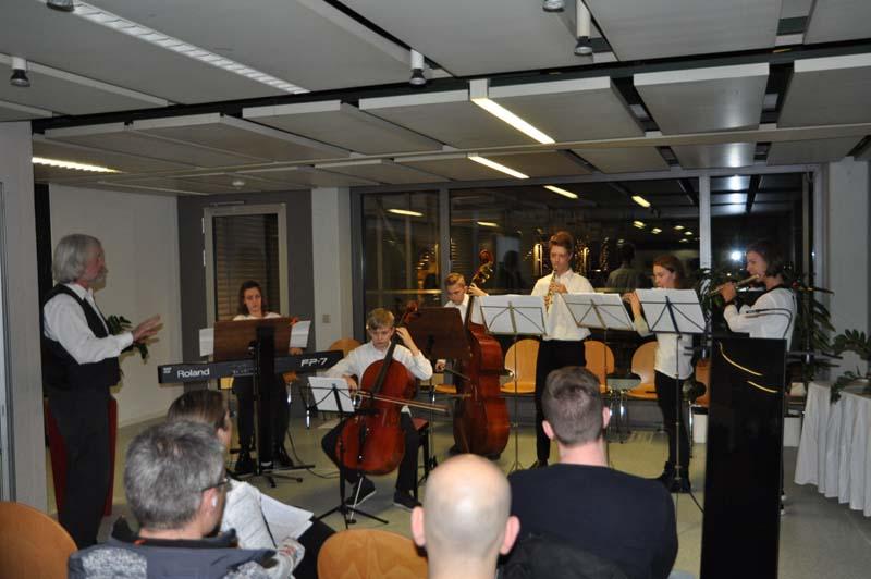 Das Jugend Salon Ensemble der Musikschule unter der Leitung von Thomas Himmler umrahmte den Abend musikalisch.
