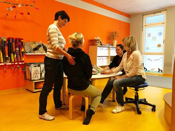 Beate Missalek (l.) gab in den städtischen Kindertageseinrichtungen Tipps zu Bewegungsabläufen.