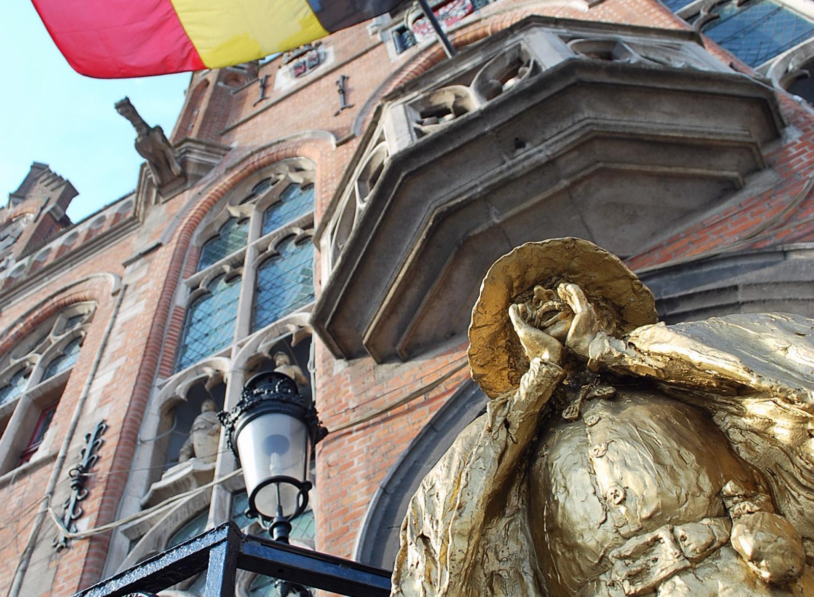 Statue des Hurlu vor dem Rathaus von Mouscron.