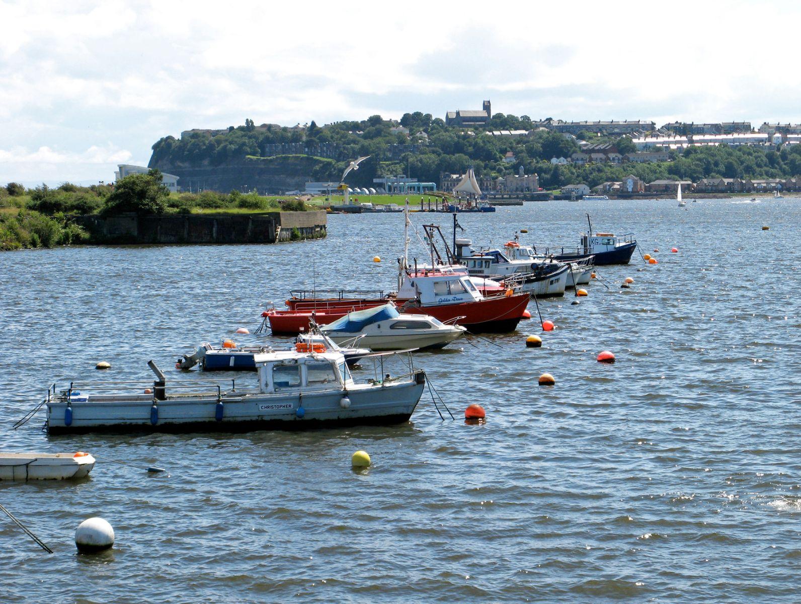 Schiffe liegen im Hafen vor Anker.