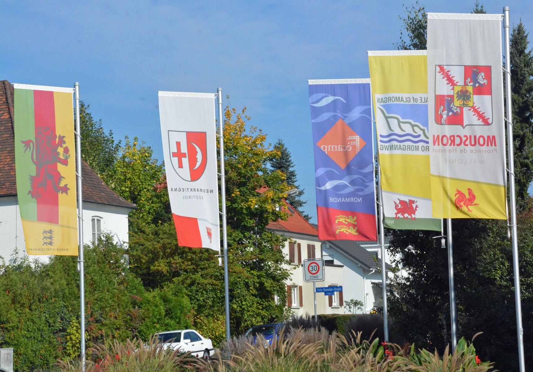 Die Fahnen der Partnerstädte und der Stadt Rheinfelden (Baden) wehen über dem Garten der Freundschaft.