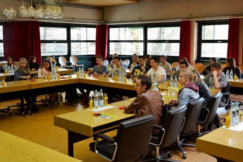 Die Schüler im Sitzungssaal