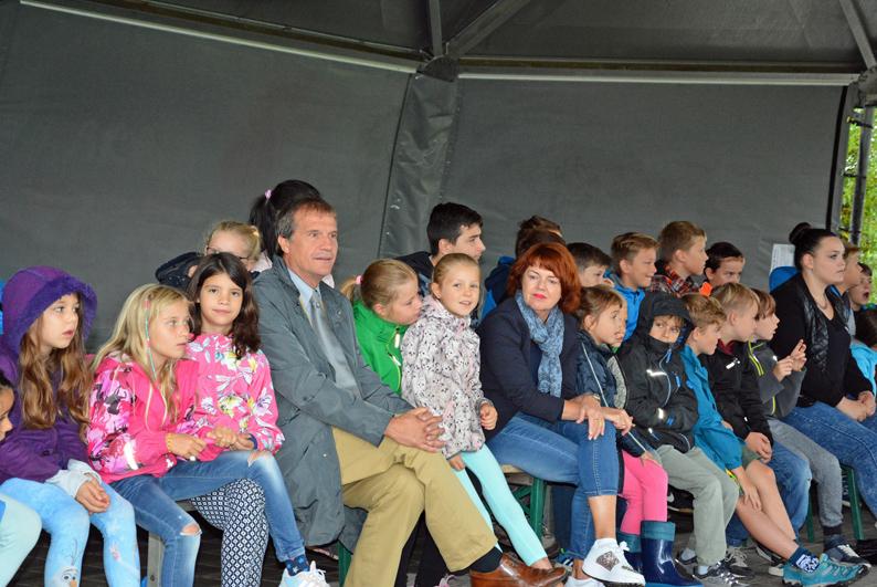 Oberbürgermeister Klaus Eberhardt und Cornelia Rösner besuchten das Kinderferienprogramm auf dem Tutti Kiesi Areal.