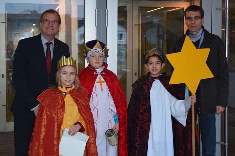 Vikar Christian Wolf von der katholischen Kirchengemeinde besuchte mit drei Sternsingerkindern Oberbürgermeister Klaus Eberhardt und segnete das Rathaus.