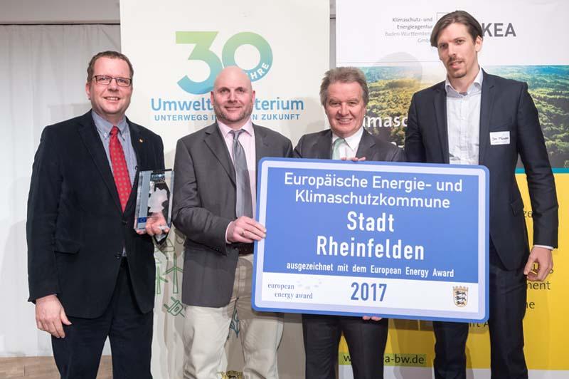 Erik Fiss (Amtsleiter Gebäudemanagement), Michael Schwarz (Energieberater) freuen sich gemeinsam mit Umweltminister Franz Untersteller und dem Geschäftsführer der Energieagentur des Landkreises Lörrach, Jan Münster, über die Auszeichnung mit dem European