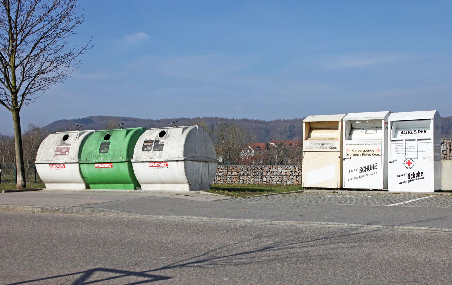 Wertstoffcontainer an einer Straße in Rheinfelden (Baden)