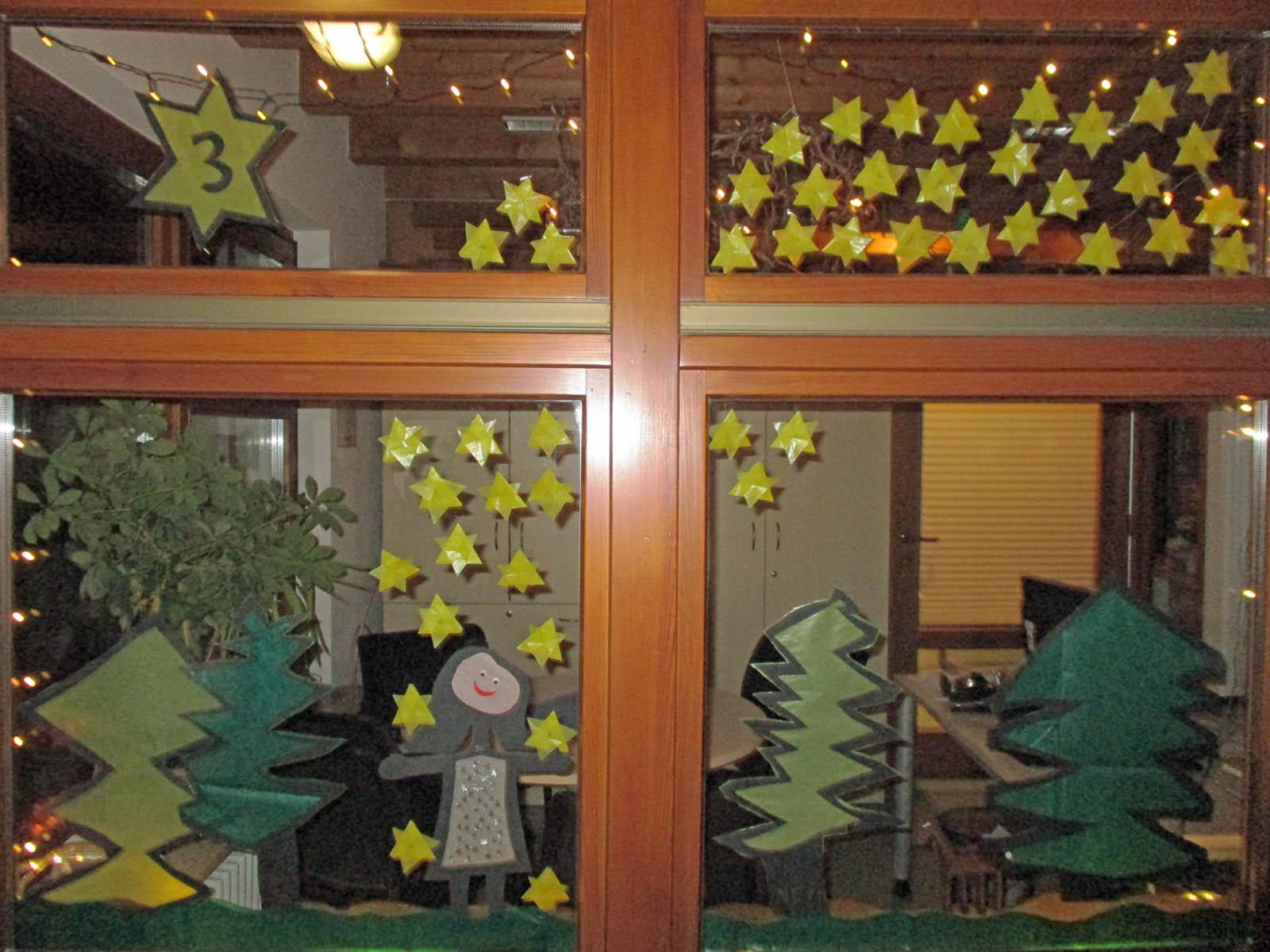 Das Adventsfenster des Kindergartens Sonnenschein zeigt das Märchen vom Sterntaler.