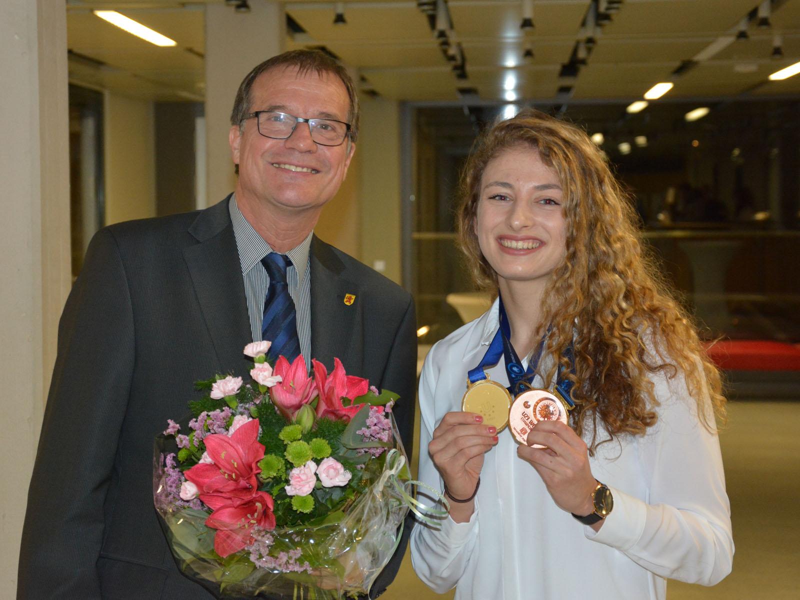 Oberbürgermeister Klaus Eberhardt gratulierte der Ringerin Elena Brugger zu ihren diesjährigen Erfolgen.
