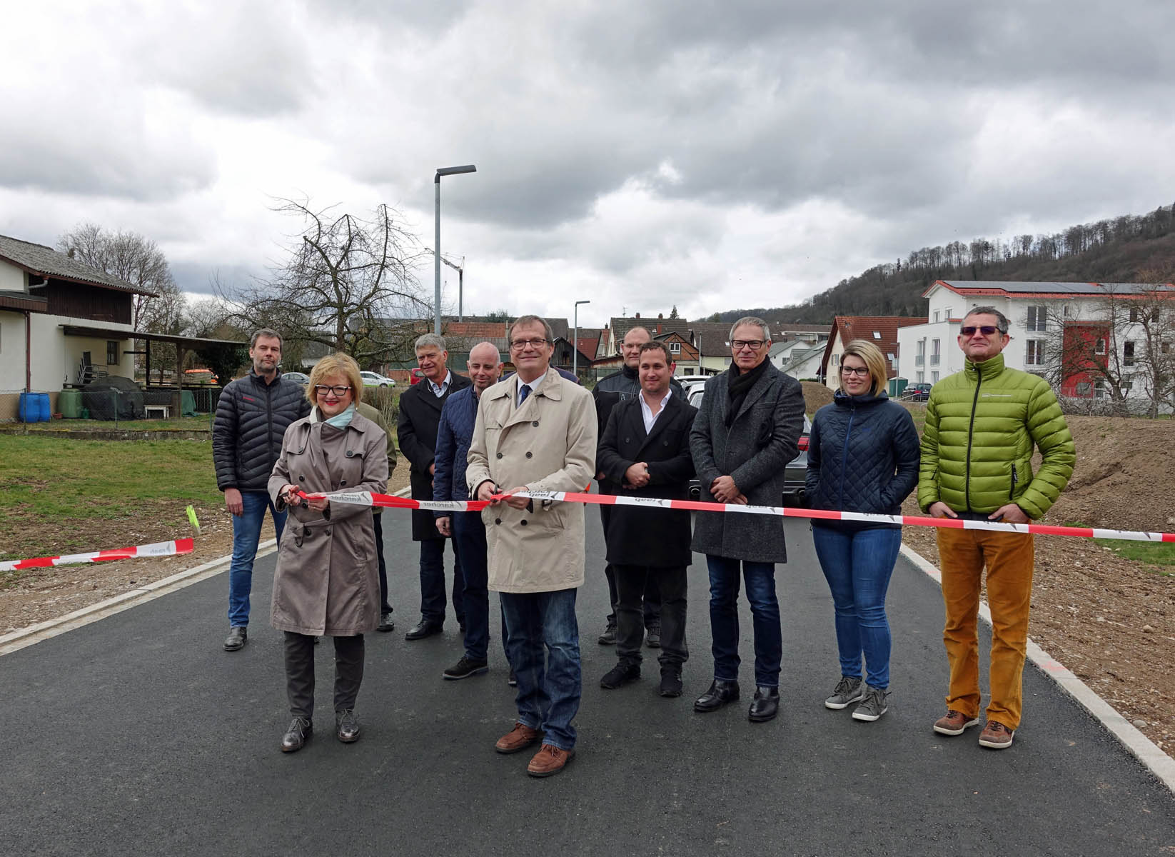 """Oberbürgermeister Klaus Eberhardt (Mitte) und Ortsvorsteherin Sabine Hartmann-Müller (links) eröffneten offiziell das Neubaugebiet """"Kürzeweg"""" in Herten."""
