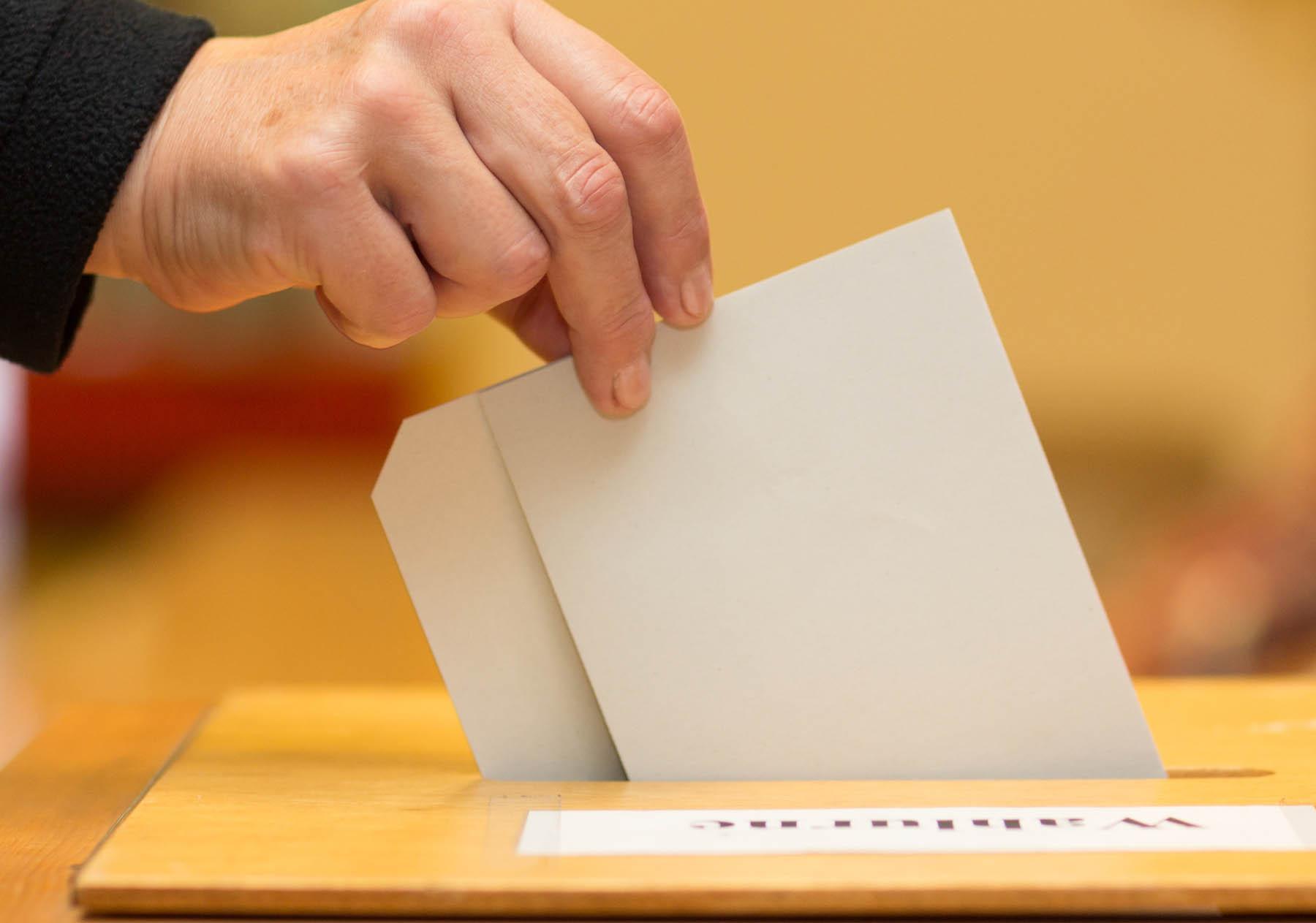 Stimmzettel in Wahlurne, Foto: Christian Schwier