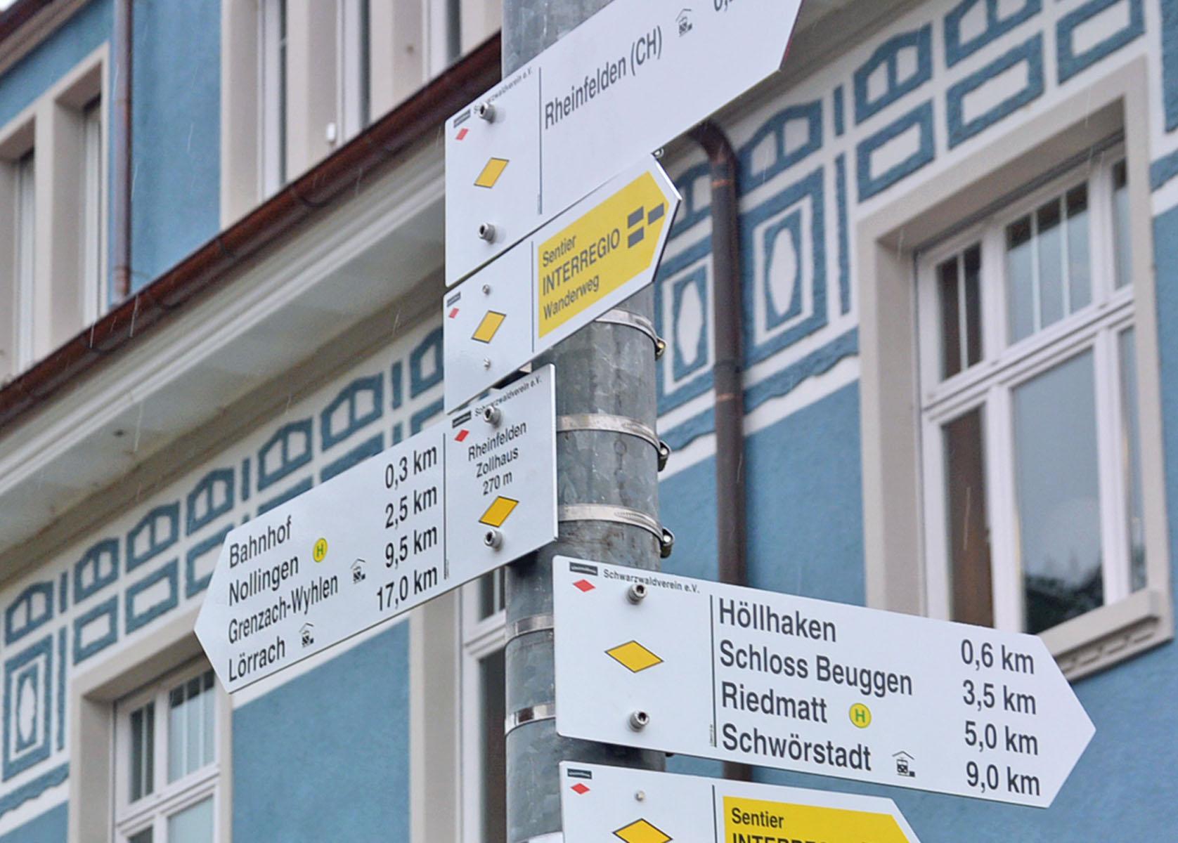 Schilder des Schwarzwaldvereins weisen Wanderern den Weg.