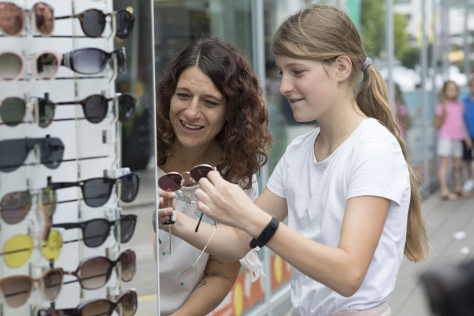 Sonnenbrillenkauf in der Innenstadt.  Foto: Ulrike Klumpp