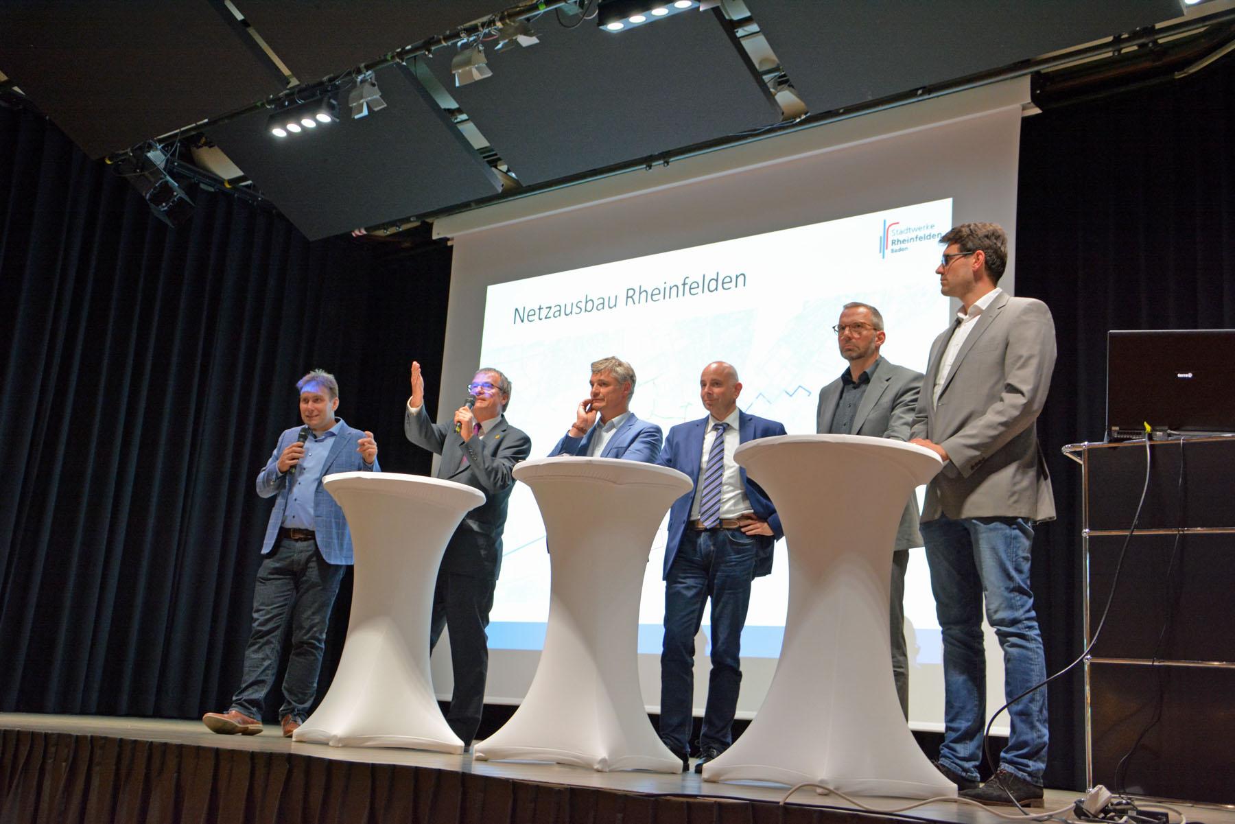 Stellen sich den Fragen der Bürger (von links): Dr. Daniel Weiß, Moderator Oberbürgermeister Klaus Eberhardt, Rolf Pfeiffer, Tobias Obert, Dr. Olaf Breuer und Paul Kempf.