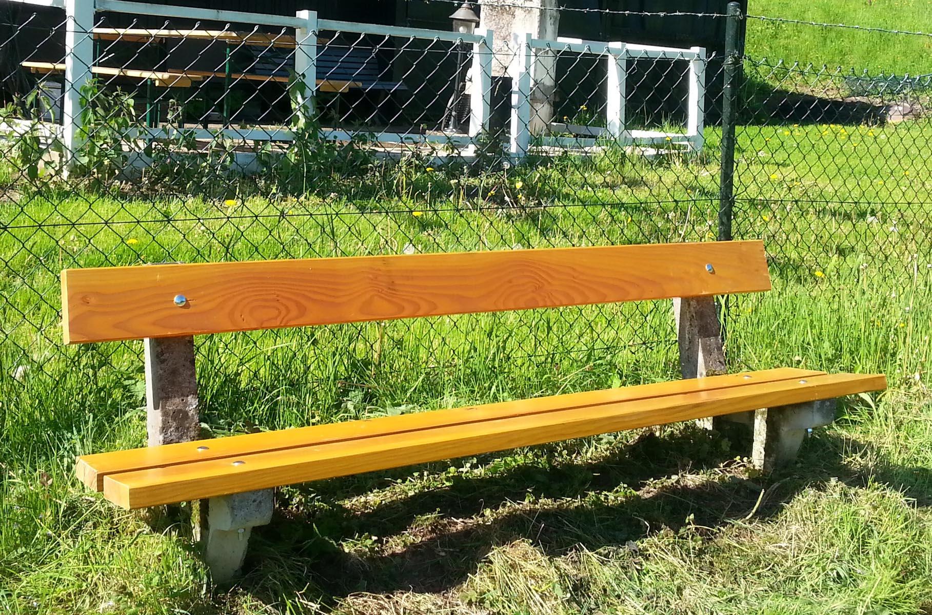 """Die Sitzbank """"Am Berg"""" in Degerfelden wurde wieder hergestellt."""