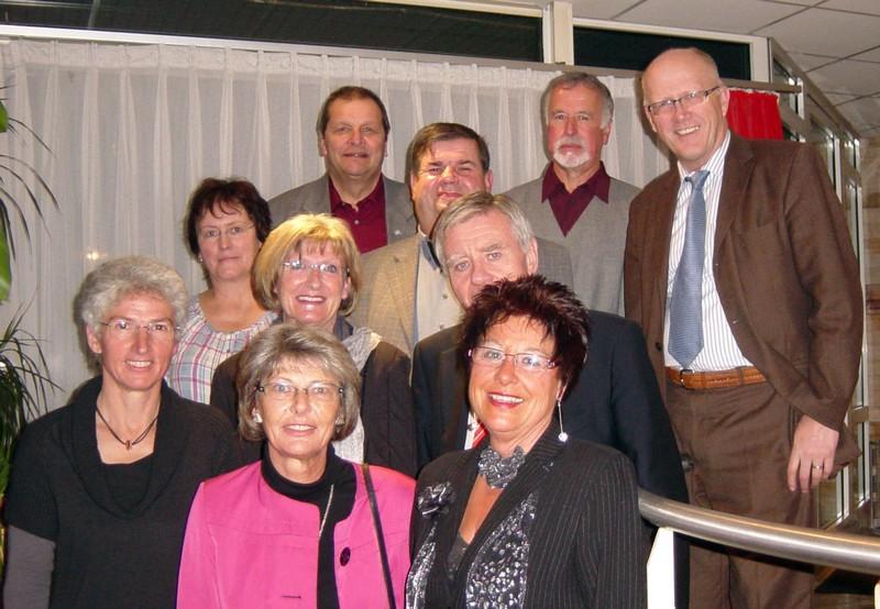 Oberbürgermeister Eberhard Niethammer (Mitte rechts) und Bürgermeister Rolf Karrer (rechts) mit den diesjährigen Jubilaren und Pensionären der Stadtverwaltung.