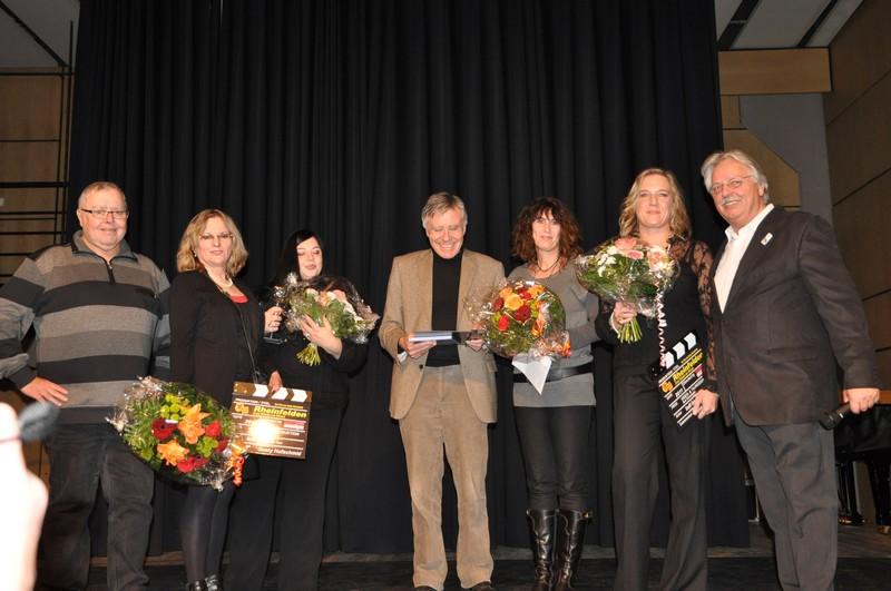 Gusty Hufschmid (links), Oberbürgermeister Eberhard Niethammer (Mitte) und Wilfried Markus (rechts) mit den für die Zuarbeit geehrten Damen.