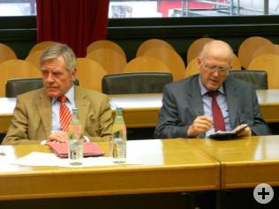 Oberbürgermeister Eberhard Niethammer und Bürgermeister Rolf Karrer warten auf die Verkündung des Ergebnisses.
