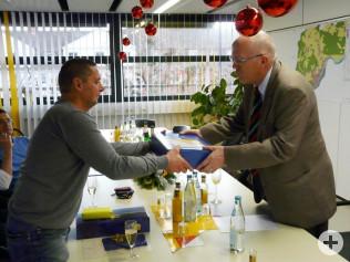 Holger Rohloff werden neben einer Dankesurkunde auch einige Präsente durch Bürgermeister Rolf Karrer überreicht.