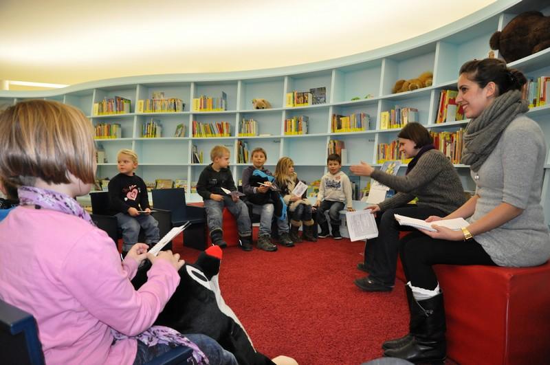 Hier liest Sinad Painda den Kinder die Geschichte auf Persisch und Katja Benkler auf Deutsch vor.