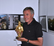 Oberbürgermeister Eberhard Niethammer mit der Le-Hurlu-Statue