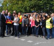 Stellvertretend für die 14 Schüler nimmt Lehrerin Regina Waegner (2. von links vorne) die Sanitätstasche von Michael Föllmer (Barmer-Ersatzkasse Lörrach, ganz links) entgegen. (Foto: Juliane Schlichter)