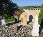 Eine kleine Anlage mit historischen Grabsteinen wurden als Entente Florale Projekt in Nordschwaben angelegt.