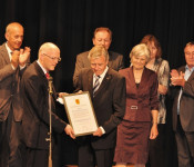 Rolf Karrer übergibt die Ehrenbürgerurkunde an Eberhard Niethammer.