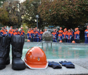 Neue Schnürstiefel, Helme und Handschuhe gab's für die Jugendfeuerwehr.