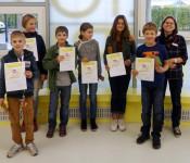 Die Kinder freuten sich über Urkunden und kleine Anerkunngspreise. Rechts steht Katja Benkler.