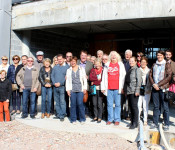 Vertreter der Städtefreundschaft mit Bürgermeisterin Diana Stöcker (sechste rechts) vor dem Rohbau des zukünftigen Verwaltungsgebäudes in Mouscron