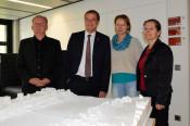 Hanspeter Schuler, Oberbürgermeister Klaus Eberhardt, Monika Marx von der Tiefbauabteilung und Bürgermeisterin Diana Stöcker hinter dem Modell zum Neubauprojekt
