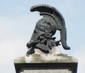 Helm auf dem Kriegerdenkmal