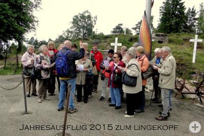Der Chor singt an der Gedenkstätte Lingekopf