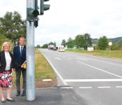 Ortsvorsteherin Hartmann-Müller und Oberbürgermeister Eberhardt an der Ampelanlage Herten /B 34