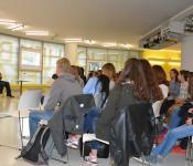 Autor Thomas Blubacher diskutiert mit den Schülern der 10. Klassen des Georg-Büchner-Gymnasiums über seine Theaterinszenierungen