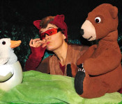"""Am Donnerstag, 17. November, zaubert das Faro Theater für Kinder ab vier Jahren um 10.15 Uhr und um 15.30 Uhr die Geschichte """"Gans der Bär"""" auf die Bühne im Jugendhaus."""