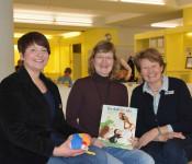"""Miriam Schornstein (Stadtbibliothek), Silvia Merkt (Vorleserin) und Andrea Strecker (Leiterin der Stadtbibliothek) freuen sich über das Interesse am  """"Lesestart""""."""