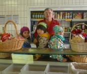 Kinder des Kindergartens Sonnenschein besuchen Tafelladen.