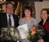 Angelika Rutner (Mitte) erhält die Ehrennadel des Landes BaWü. Mit ihr freuen sich Ortsvorsteher Jürgen Räuber und Bürgermeisterin Diana Stöcker. Foto: Gerd Lustig