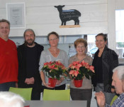 Herbert Bächle und Dirk Bergmann (Personalrat) sowie Bürgermeisterin Stöcker überreichten Gerlinde Hinz und Bärbel Bollmann als kleines Dankeschön für ihre jahrelangen Einsatz einen Weihnachtsstern.