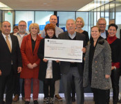 Mit einer großzügigen Spende unterstützt in diesem Jahr das Lokale Bündnis zu Weihnachten die Rheinfelder Tafel.