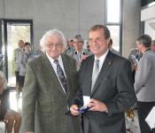 Oberbürgermeister Klaus Eberhardt verlieh Dietmar Biermann die Verdienstmedaille der Stadt in Silber.