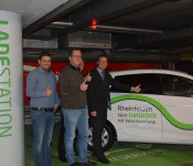 Dominic Rago (Leiter Ordnungsamt), Erik Fiss (Leiter Gebäudemanagement), Hanspeter Schuler (Leiter Hauptamt) und Oberbürgermeister Klaus Eberhardt freuen sich über die zwei neuen E-Cars im städtischen Fuhrpark.